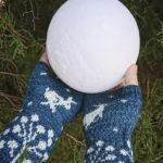 manos enguantadas sosteniendo la luna